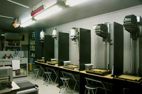 暗室・製版室 写真のプリント、フィルム現像、シルクの製版等、暗い部屋での作業全般をおこなうスペースです。