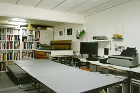 講義室・作業室 講義、写真の仕上げ、シルクスクリーンの刷り、コンピュータ等の作業全般をおこなうスペースです。